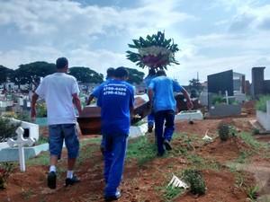 Caixão com corpo de Carlos segue para sepultura (Foto: Jenifer Carpani/G1)