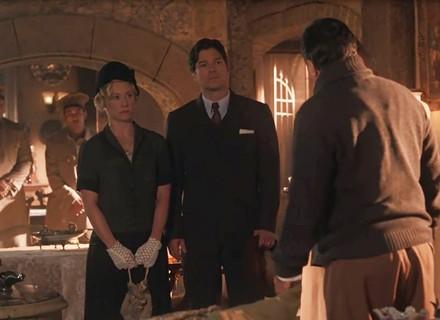 Martim chega à casa de José Augusto com a polícia para pegar Mariana de volta