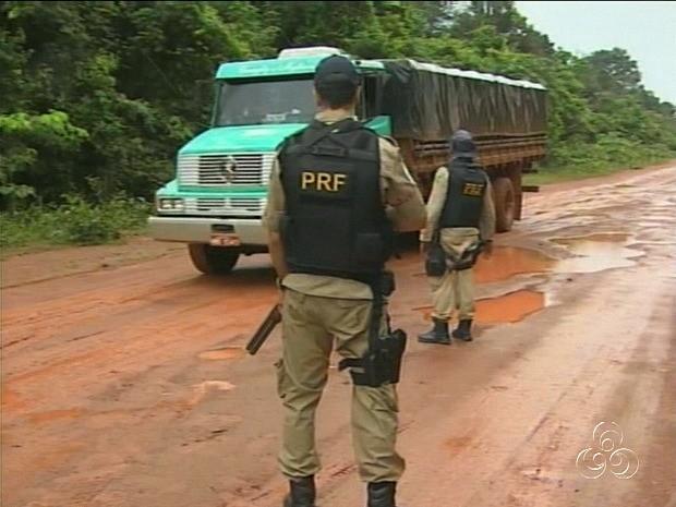 Veículos estão sendo escoltados na Transamazônica (Foto: Reprodução/TV Amazonas)
