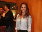 Viviane Araújo escolhe look comportado para ir ao teatro