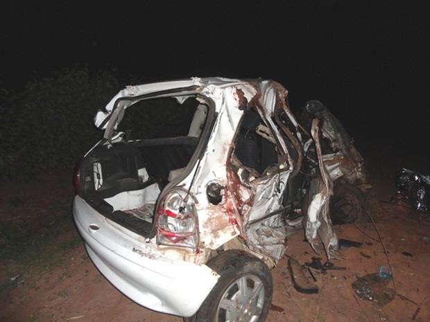Quatro pessoas que estavam no carro morreram (Foto: Antonio Brito / Rádio Integração FM)