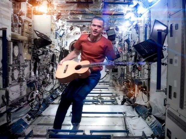 """O clipe no qual o astronauta canadense e comandante da Estação Espacial Internacional Chris Haldfield canta 'Space Oddity', de David Bowie, foi um dos momentos mais memoráveis do ano. O """"primeiro vídeo musical do espaço"""" se tornou viral ao ser lançado na  (Foto: Nasa / Chris Haldfield)"""
