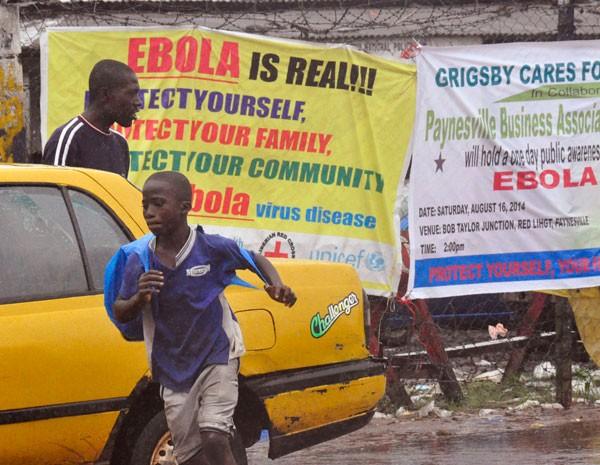 Cartazes avisam do risco de contaminação do vírus Ebola, na Libéria. (Foto: Abbas Dulleh/AP Photo)