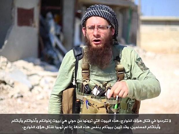 Lucas Kinney aparece como Abu Basir Al-Britani em vídeo da Jabhat al-Nusra (Foto: Reprodução/Youtube/Pijar Net)