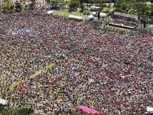 Milhares protestam neste domingo (9), em Okinawa (Foto: Reuters)