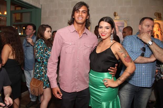 Petra Mattar e o namorado em restaurante na Zona Oeste do Rio (Foto: Thyago Andrade/ Foto Rio News)