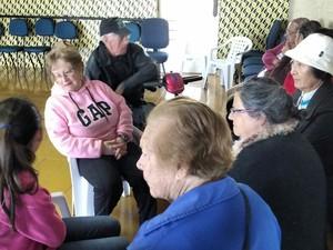 Grupo de adolescentes leram para idosos em Itapetininga (Foto: Paola Patriarca/G1)