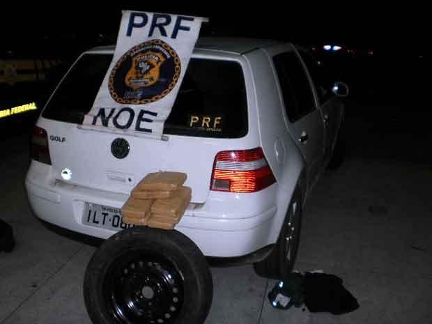 Droga estava escondida dentro do estepe do veículo (Foto: PRF/Divulgação)