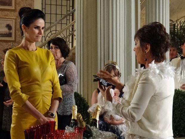 Amanda contente em dar presente de casamento à Aída (Foto: Salve Jorge/ TV Globo)