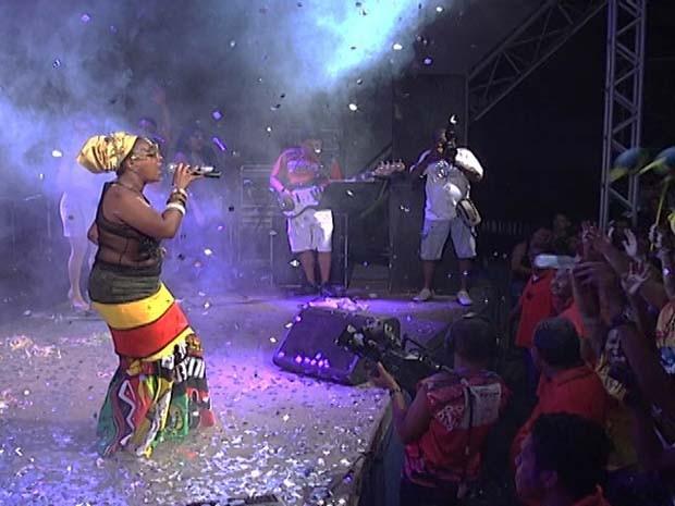 Célia Sampaio interpreta música vencedora do Festival de Música Carnavalesca (Foto: Reprodução/TV Mirante)