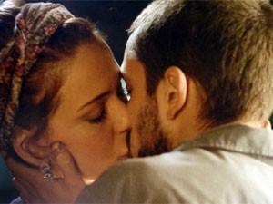 Cris e Vicente se beijam na rua (Foto: Império/TV Globo)
