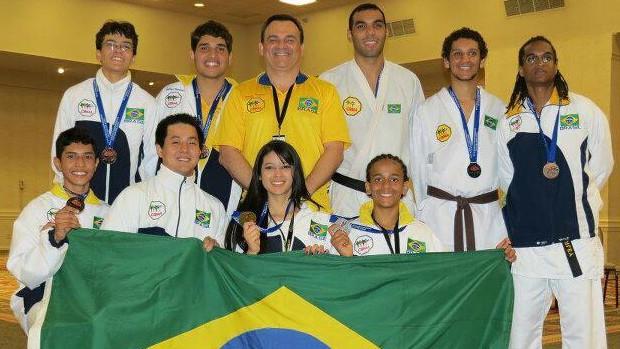 Carateca paraense Hugo Yamaguchi e a seleção brasileira no Campeonato Mundial de Karatê, em Orlando, nos Estados Unidos (Foto: Hugo Yamaguchi/Arquivo Pessoal)