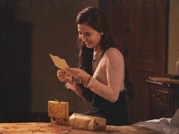 Laura lê carta e descobre que Isabel vai voltar ao país (Foto: Lado a Lado/TV Globo)