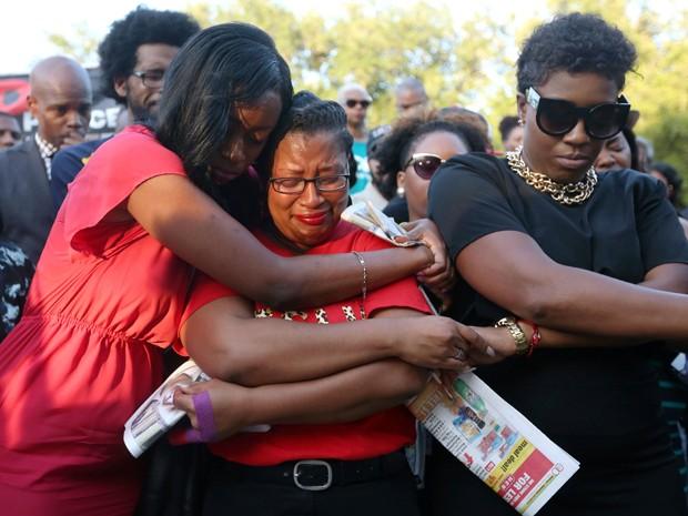 Lanitra Dean abraça Carlesha Harrison, amiga de Sandra Bland, durante vigília na Prairie View A&M University, no Texas, no domingo (19)  (Foto: Jon Shapley/Houston Chronicle via AP)