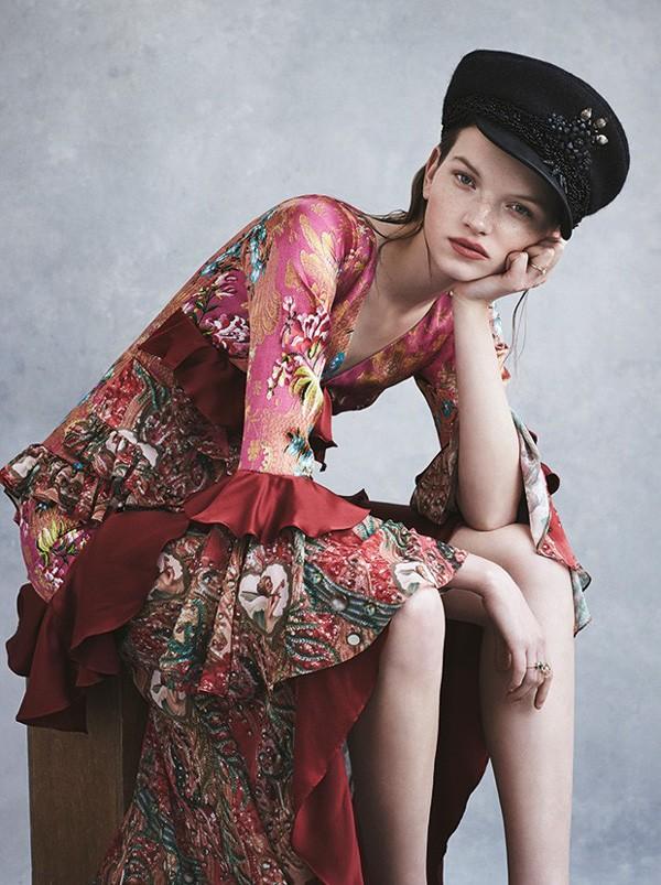 Vestido de seda Romance Was Born. Cap Hatmaker. Anéis Natasha Schweitzer (Foto: Nicole Bentley)