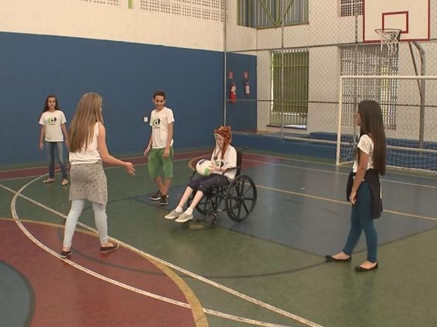 Aulas de educação física foram adaptadas para que a menina pudesse participar  (Foto: Gabriel Torres/ TV TEM)