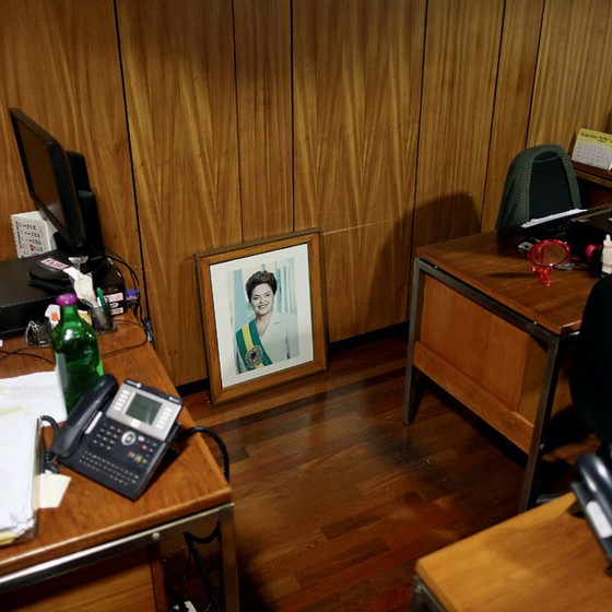 Um retrato da ex-presidente Dilma Rousseff,no chão do Palácio do Planalto (Foto: Adriano Machado / Reuters)