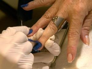 Manicures devem usar luvas para trabalhar com clientes (Foto: Marlon Tavoni / EPTV)