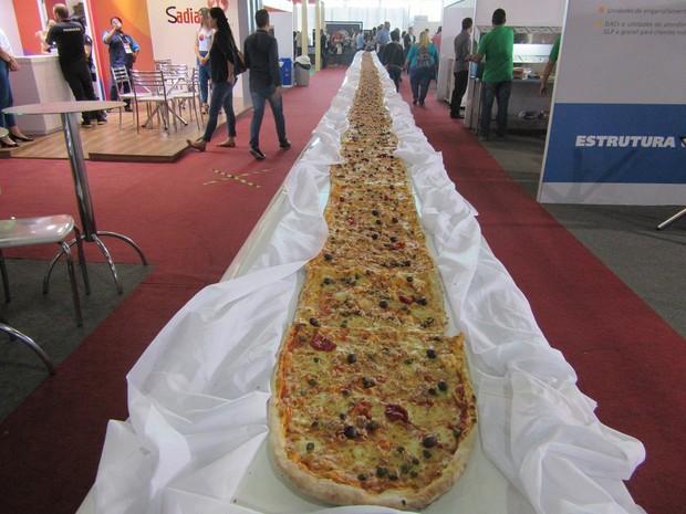 Os chefs produziram a pizza de 40 metros para o evento; tamanho é recorde de todas as seis edições e consumiu 100 kg de farinha de trigo, 50 litros de molho de tomate, 150 tomates em rodelas, 200 kg de mussarela, 5 kg de azeitonas pretas e 200 gramas de m (Foto: Marta Cavallini/G1)