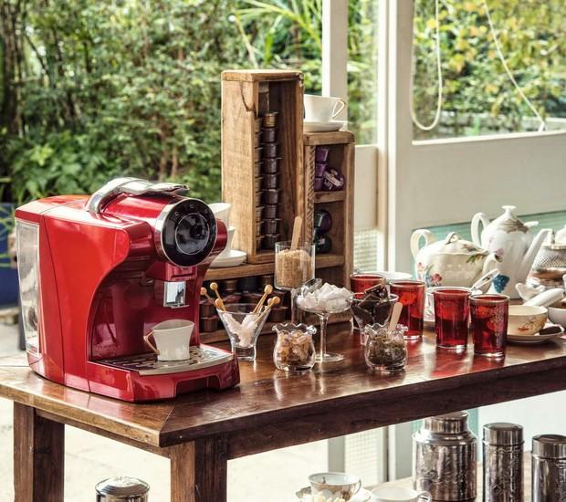 Depois do almoço em família, um café ou chazinho é uma ótima pedida.  Use um aparador para acomodar os apetrechos necessários para preparar e servir as bebidas como a máquina de café, o coador, os sachês, os adoçantes, as xícaras e até chocolatinhos. (Foto: Cacá Bratke/ Editora Globo)