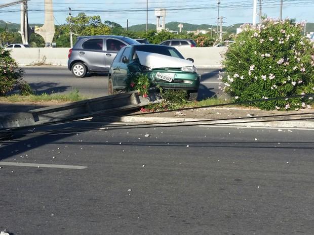 De acordo com a PRF, motorista perdeu o controle e carro atingiu poste. (Foto: Fred Carvalho/G1)