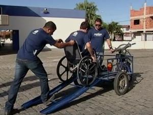 Os estudantes adaptaram a moto para ser pilotada em cima de uma cadeira de rodas (Foto: Reprodução/ TV Gazeta)