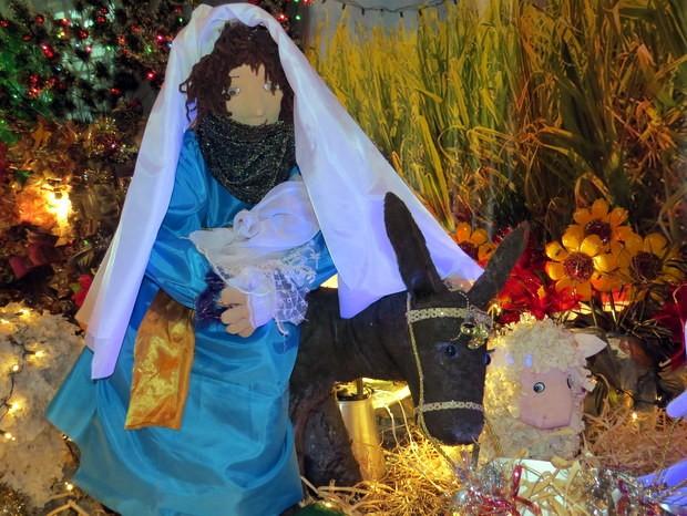 Imagem de Nossa Senhora carregando menino Jesus feito com recicláveis em São Pedro (Foto: Fernanda Zanetti/G1)
