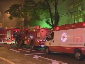 Corpo de Bombeiros se mobilizou para apagar incêndio em Porto Alegre (Foto: Reprodução/RBS TV)