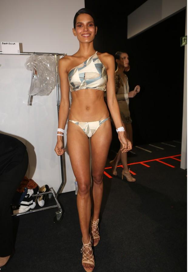 Raica Oliveira posa de biquíni no backstage do desfile da Água de Coco (Foto: Iwi Onodera / EGO)