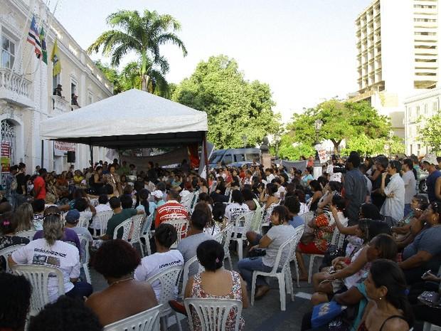 Aproximadamente 500 professores participaram de assembleia (Foto: Flora Dolores / O Estado)