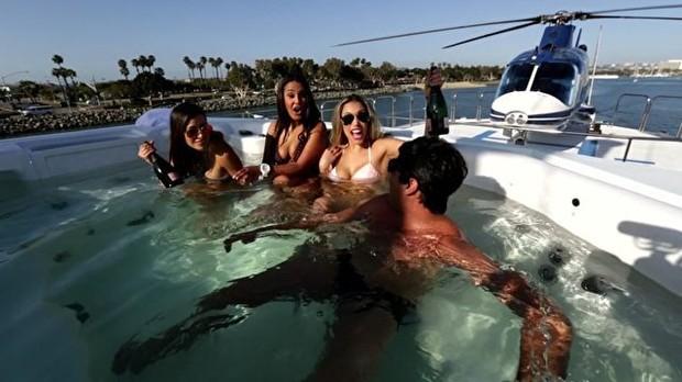 Bruno de Luca aproveitando as boas de San Diego (Foto: Multishow)