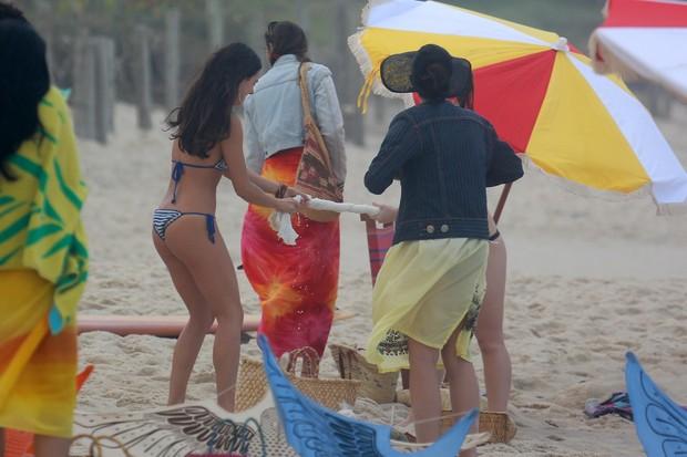 Isis Valverde em gravação na praia do Recreio, RJ (Foto: Dilson Silva / AgNews)
