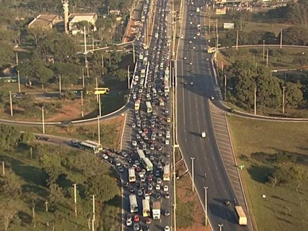 Um engarrafamento se formou por causa de acidente ocorrido na EPTG, Distrito Federal, na manhã desta terça-feira (28) (Foto: TV Globo/ Reprodução)