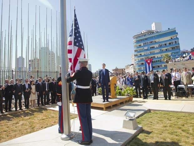 John Kerry observa hasteamento da bandeira dos EUA em frente a embaixada do país em Havana durante reabertura oficial nesta sexta-feira (14) (Foto:  REUTERS/Pablo Martinez Monsivais/Pool)