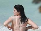 Kylie Jenner sensualiza de biquíni em fotos à beira mar