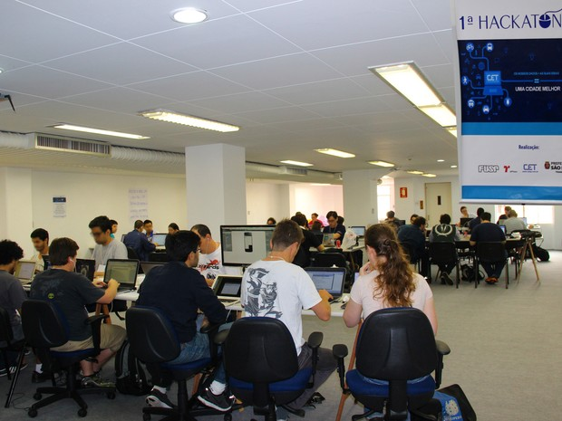 Hackatona contou com a participação de 15 equipes (Foto: Marcelo Fortin/ CET)