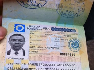 Camaronês exibe visto para República Dominicana (Foto: Letícia Macedo/ G1)