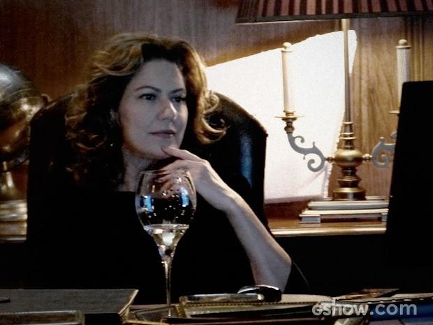 Angela assista ao vídeo (Foto: O Rebu / TV Globo)