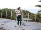 Maria Casadevall brinca ao ser fotografada no Rio
