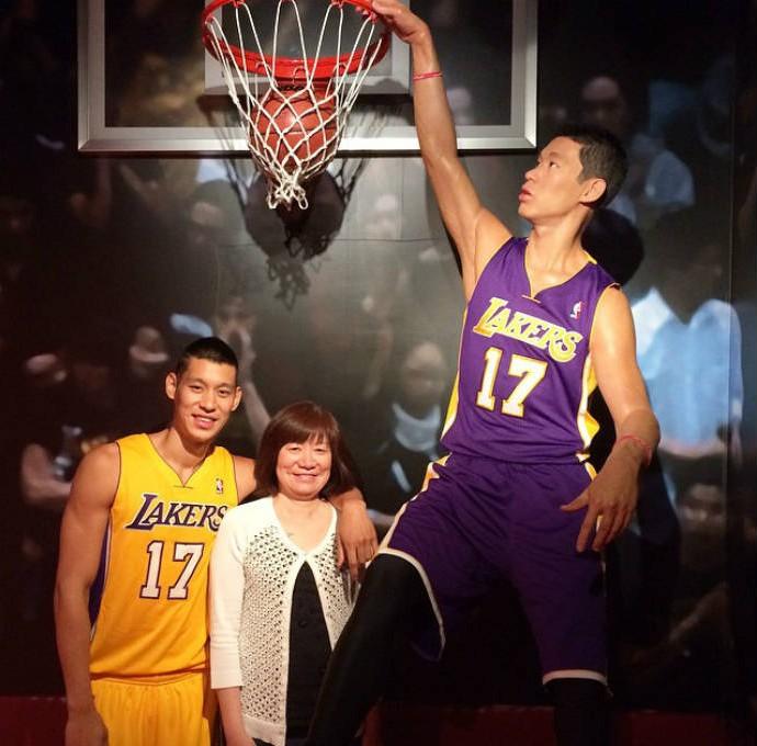 Jeremy Lin no museu de cera com a mãe (Foto: Reprodução)