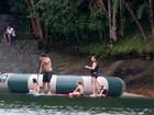 Luciano Huck pratica stand up paddle com os filhos em Angra