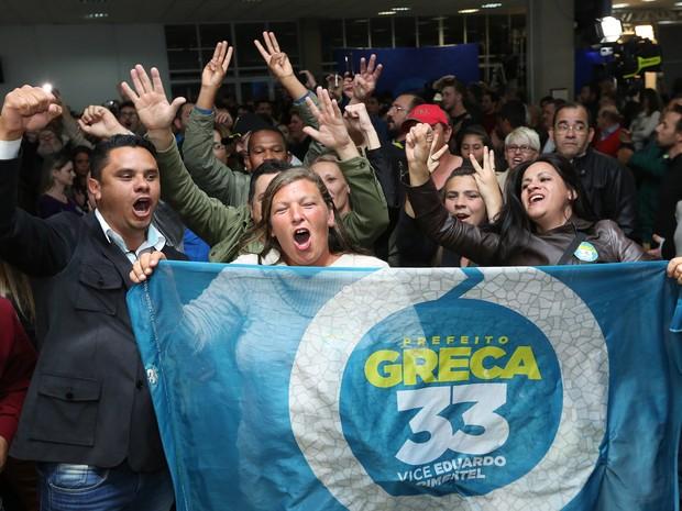 Apoiadores de Rafael Greca comemoram no TRE (Foto: Giuliano Gomes/PR Press)