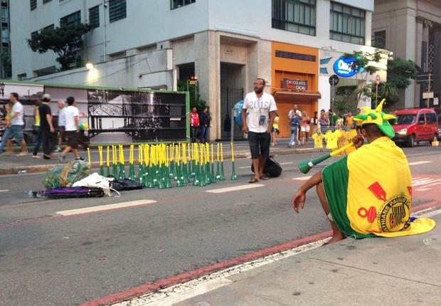 Apesar do barulho durante as manifestações, sobraram cornetas no estoque do vendedor ambulante nas imediações da Avenida Paulista (Foto: Nina Finco)