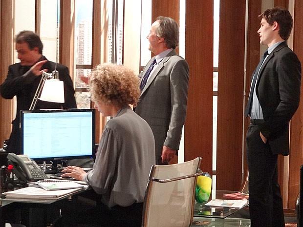 Sarmento e Conrado: comportamento suspeito (Foto: Cheias de Charme / TV Globo)