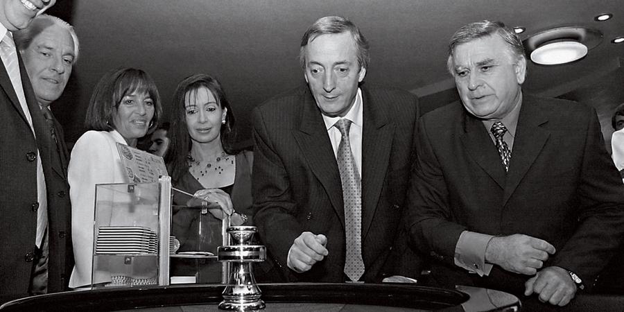 O empresário  Cristóbal Lópes (sorrindo,á esq) .Num Cassino com os Kirchners(Cristina ao centro,ao lado do marido Néstor) (Foto:   Juan Cruz Sanz )