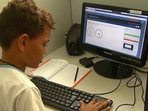 Programa de computador ajudou as crianças a aprenderem conceitos de matemática (Foto: Marlon Tavoni/EPTV)