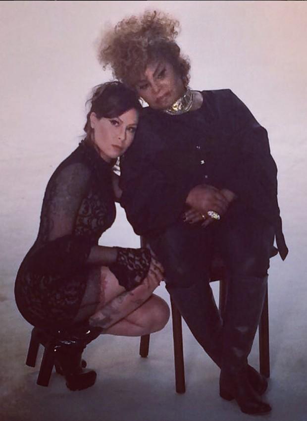 Pitty e Elza Soares nos bastidores de gravação do clipe 'Na pele' (Foto: Reprodução/Instagram)