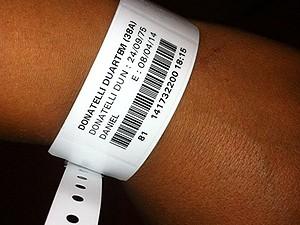Pulseira de hospital em Nice, na França, para onde brasileiro foi levado após suspeita de tráfico de drogas (Foto: Daniel Duarte/Arquivo Pessoal)