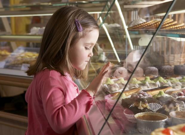 Mãe é julgada por controlar o que as filhas comem (Foto: Thinkstock)