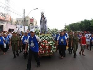 Círio contará com romaria de militares; no ano passado (detalhe), festa teve 80 mil fiéis (Foto: José Rodrigues/TV Tapajós)